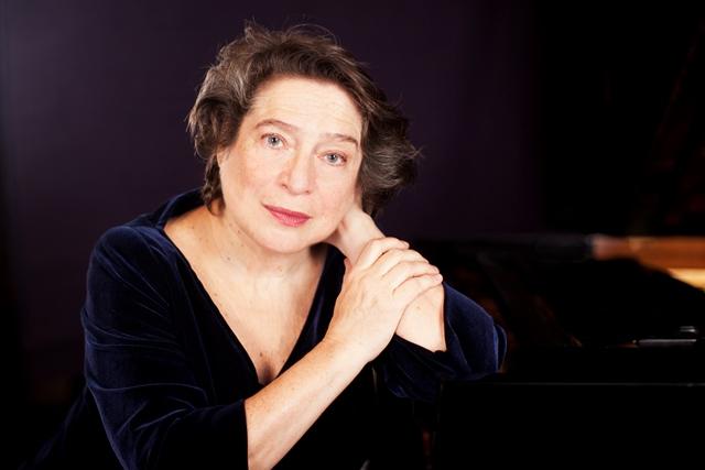 Елизабет Леонская свири Барток и Моцарт