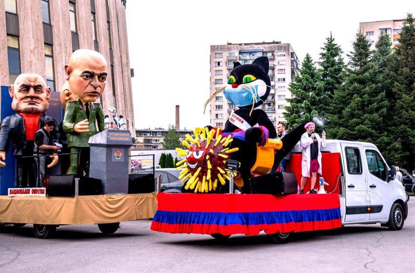 Джипката и ферарито с цвят червен на карнавал в Габрово