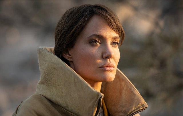 Анджелина Джоли спасява момче от наемни убийци