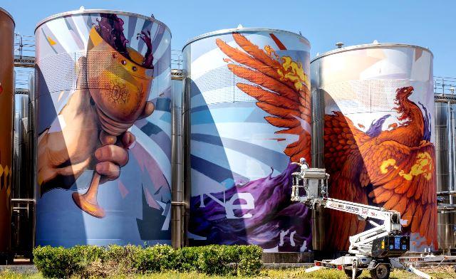 Насимо с мащабен стенопис-графит